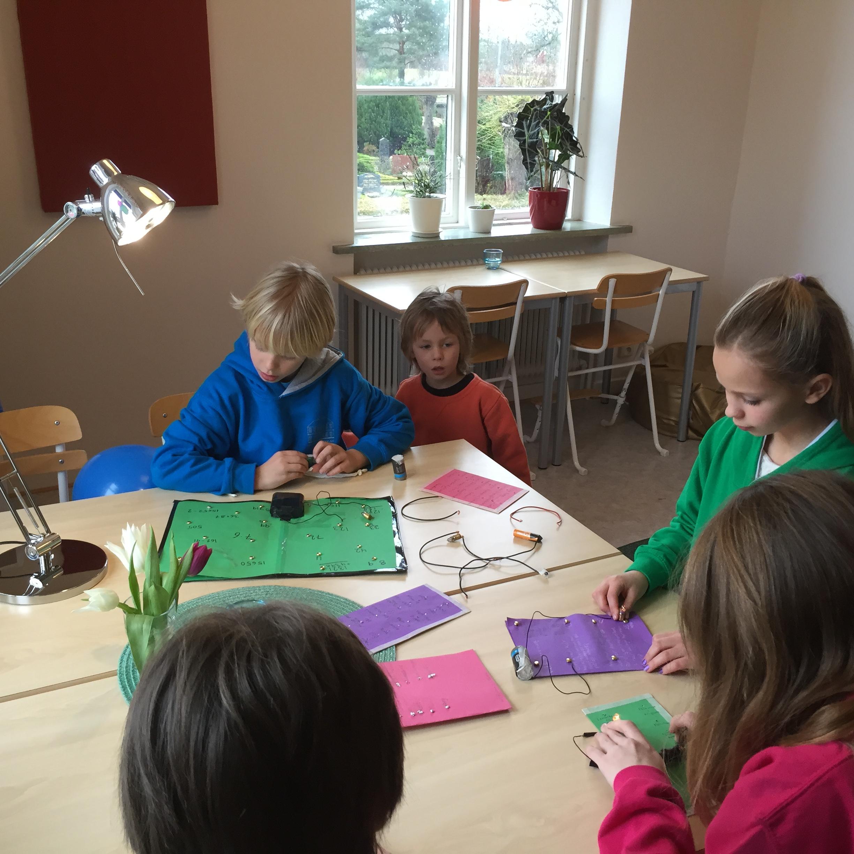 Teknikspel. Byggda av eleverna, svara rätt på frågan och lampan lyser.